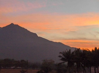 Arunachala-Sunrise-after-Mahasivaratri-night.jpg