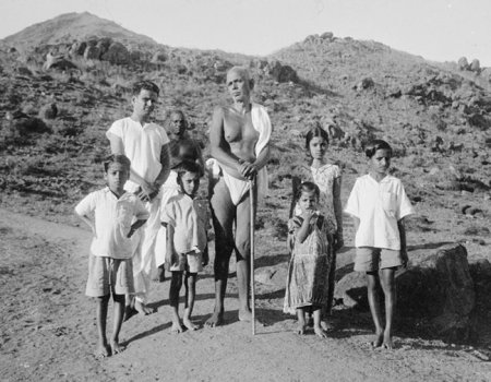 ramana-maharshi-with-childrens